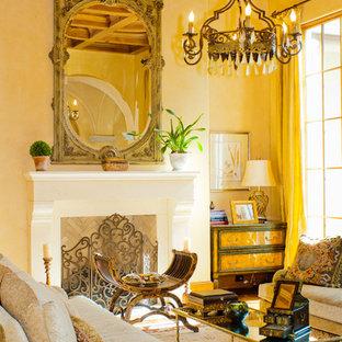 Immagine di un soggiorno classico con pareti gialle