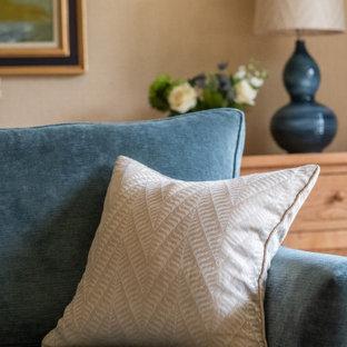 エディンバラのトラディショナルスタイルのおしゃれな独立型リビング (フォーマル、オレンジの壁、カーペット敷き、標準型暖炉、木材の暖炉まわり、白い床) の写真