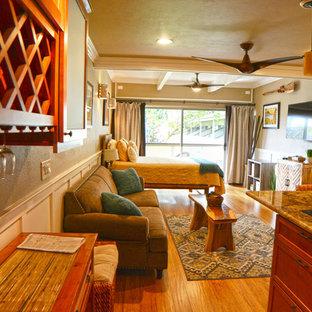 Ispirazione per un piccolo soggiorno stile marino aperto con sala formale, pareti beige, pavimento in bambù e TV a parete