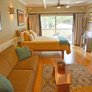 ハワイの小さいビーチスタイルのおしゃれなLDK (フォーマル、ベージュの壁、竹フローリング、壁掛け型テレビ) の写真