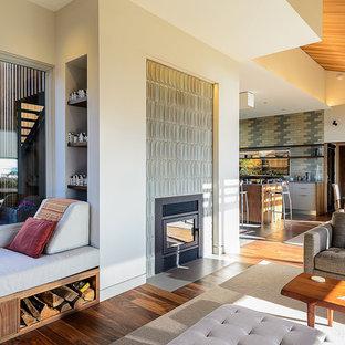 Diseño de salón vintage con marco de chimenea de baldosas y/o azulejos