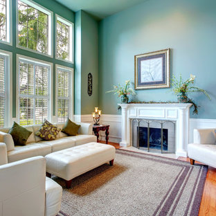 Photo of a traditional living room in Dallas.
