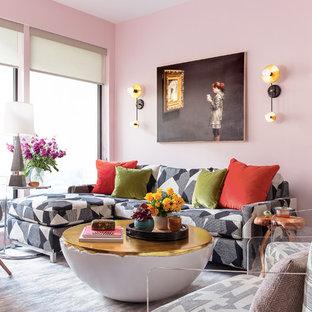 Immagine di un soggiorno eclettico aperto e di medie dimensioni con pareti rosa, moquette e nessun camino