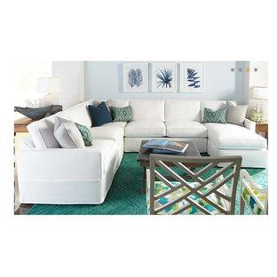 トロントの中サイズのビーチスタイルのおしゃれなLDK (青い壁、無垢フローリング、標準型暖炉、木材の暖炉まわり、内蔵型テレビ) の写真