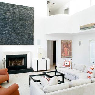 他の地域の中サイズのビーチスタイルのおしゃれなLDK (フォーマル、白い壁、標準型暖炉、ベージュの床、淡色無垢フローリング、テレビなし、木材の暖炉まわり) の写真