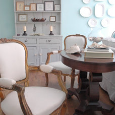 Beach Style Living Room by Kristie Barnett, The Decorologist
