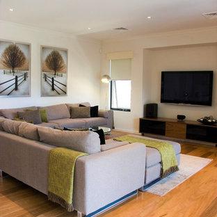 Ispirazione per un grande soggiorno minimalista aperto con sala formale, pareti bianche, parquet chiaro, camino ad angolo, cornice del camino in metallo, pavimento giallo e TV a parete