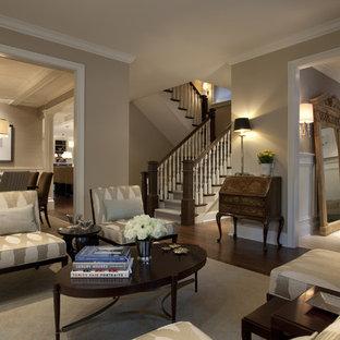 Diseño de salón tradicional, grande, con paredes beige y suelo marrón