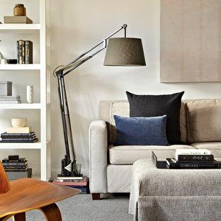ニューヨークの中サイズのコンテンポラリースタイルのおしゃれなLDK (白い壁、淡色無垢フローリング、据え置き型テレビ) の写真