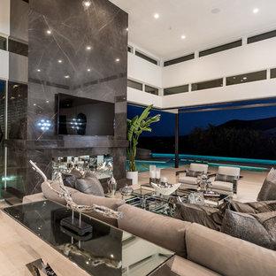 Idee per un grande soggiorno design aperto con pavimento in travertino, camino classico, cornice del camino piastrellata, TV a parete, sala formale, pareti bianche e pavimento beige