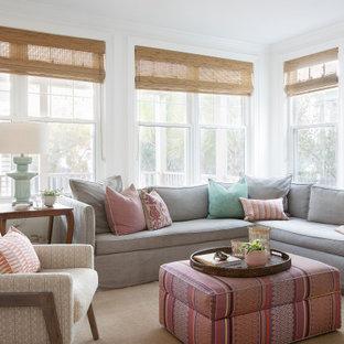 Großes Klassisches Wohnzimmer mit weißer Wandfarbe und vertäfelten Wänden in Charleston