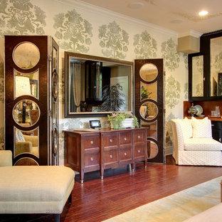 Foto di un soggiorno minimal di medie dimensioni e chiuso con TV nascosta, sala formale, pareti multicolore, pavimento in legno massello medio e pavimento marrone