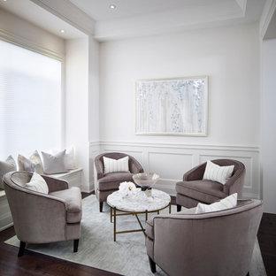 Cette image montre un salon traditionnel de taille moyenne et ouvert avec une salle de réception, un mur blanc, un sol en bois foncé, un sol marron, un plafond à caissons et boiseries.