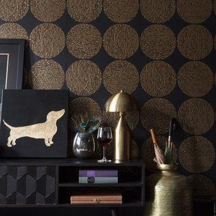 Esempio di un piccolo soggiorno minimal chiuso con pareti nere, parquet scuro, camino classico, cornice del camino in legno e pavimento nero