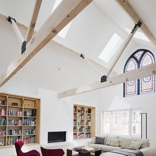 Foto de salón abierto, contemporáneo, con paredes blancas, suelo de madera clara y chimenea tradicional