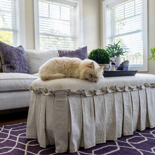 Réalisation d'un salon champêtre de taille moyenne et ouvert avec un mur beige, un sol en bois foncé, aucune cheminée et un sol violet.