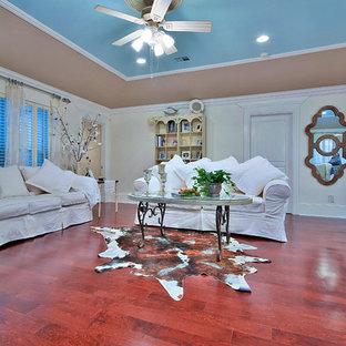 Esempio di un soggiorno chic aperto e di medie dimensioni con pareti bianche, sala formale, pavimento in legno massello medio, nessun camino, nessuna TV e pavimento marrone