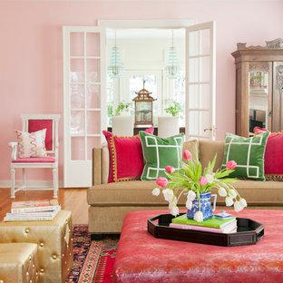 Cette photo montre un salon chic avec un mur rose.