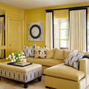 Modelo de salón cerrado, tradicional renovado, grande, sin chimenea, con paredes amarillas, televisor colgado en la pared y suelo de madera oscura