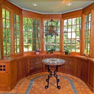 Idee per un grande soggiorno stile americano chiuso con pareti blu, pavimento in gres porcellanato, nessun camino e TV a parete