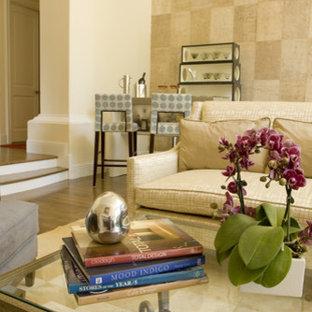 Foto di un grande soggiorno design con angolo bar, pareti beige, parquet chiaro, camino classico e cornice del camino in pietra