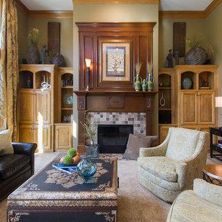 カンザスシティの広いトラディショナルスタイルのおしゃれなLDK (フォーマル、茶色い壁、カーペット敷き、標準型暖炉、タイルの暖炉まわり、ベージュの床) の写真