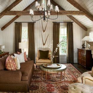 アトランタのカントリー風おしゃれな独立型リビング (白い壁、濃色無垢フローリング、標準型暖炉、茶色い床) の写真