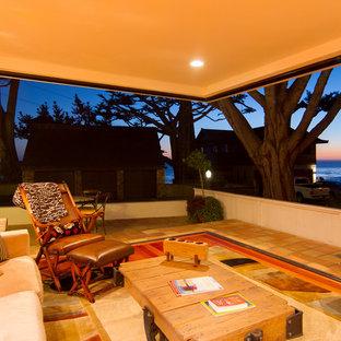 Idee per un grande soggiorno mediterraneo aperto con sala formale, pareti bianche e pavimento in terracotta