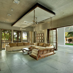 Idee per un soggiorno tropicale con pareti grigie