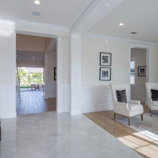 Mittelgroßes, Repräsentatives, Fernseherloses, Abgetrenntes Klassisches Wohnzimmer ohne Kamin mit beiger Wandfarbe, Marmorboden und weißem Boden in Los Angeles