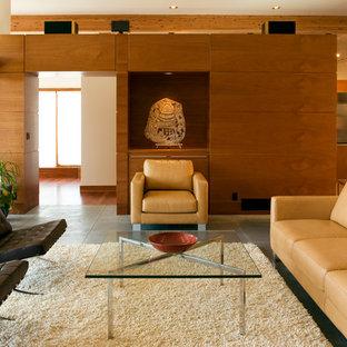 Modernes Wohnzimmer mit beiger Wandfarbe in Sonstige