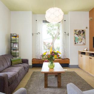 Diseño de salón para visitas actual con parades naranjas, moqueta y televisor independiente