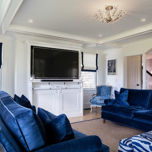 Ispirazione per un soggiorno chic di medie dimensioni e aperto con sala formale, pareti bianche, pavimento in legno massello medio, nessun camino, parete attrezzata e pavimento arancione