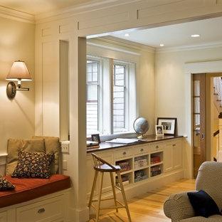 Ispirazione per un soggiorno vittoriano con pareti beige