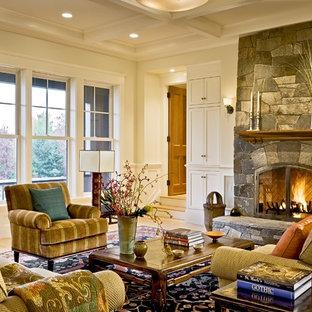Klassisches Wohnzimmer mit Kaminsims aus Stein in Burlington