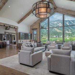 Immagine di un soggiorno stile rurale aperto con pareti bianche, pavimento marrone e pavimento in legno massello medio