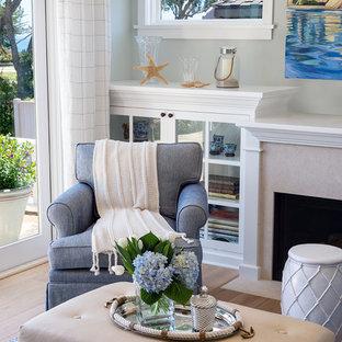 サンタバーバラの中サイズのビーチスタイルのおしゃれなLDK (緑の壁、淡色無垢フローリング、標準型暖炉、タイルの暖炉まわり、テレビなし) の写真