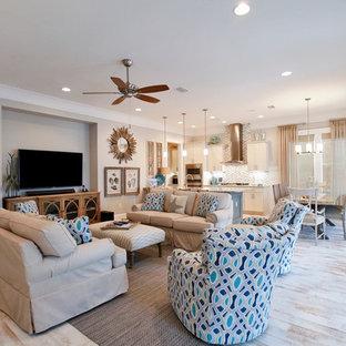 Idee per un soggiorno tradizionale di medie dimensioni e aperto con pareti blu, parquet chiaro, TV a parete e pavimento bianco