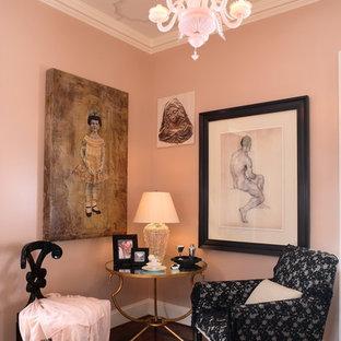 Foto de salón ecléctico con paredes rosas y suelo marrón