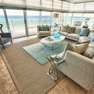 マイアミの中くらいのビーチスタイルのおしゃれなLDK (緑の壁、テラコッタタイルの床、暖炉なし、テレビなし、茶色い床) の写真