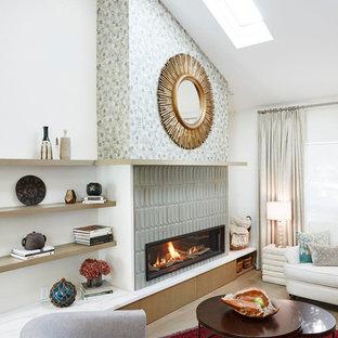 Foto på ett mellanstort funkis allrum med öppen planlösning, med vita väggar, mellanmörkt trägolv, en standard öppen spis, en spiselkrans i trä och rött golv