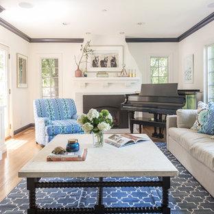 Exempel på ett mellanstort klassiskt separat vardagsrum, med ett musikrum, vita väggar, en standard öppen spis, en inbyggd mediavägg, ljust trägolv, en spiselkrans i trä och beiget golv