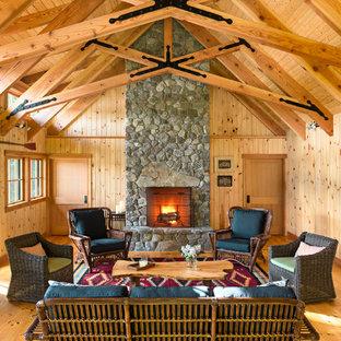 Imagen de salón cerrado, rústico, pequeño, sin chimenea y televisor, con paredes beige y suelo de madera clara