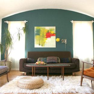Imagen de salón ecléctico con paredes blancas