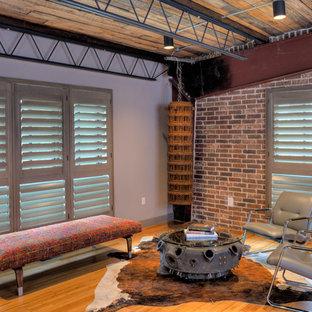 サンフランシスコの中サイズのインダストリアルスタイルのおしゃれなLDK (グレーの壁、竹フローリング、暖炉なし、テレビなし) の写真