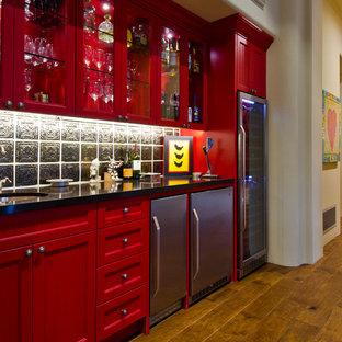 フェニックスの中くらいのサンタフェスタイルのおしゃれなリビング (ベージュの壁、無垢フローリング、標準型暖炉、漆喰の暖炉まわり、壁掛け型テレビ、茶色い床) の写真