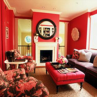 На фото: гостиная комната в классическом стиле с красными стенами с