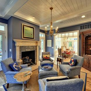Maritimes Wohnzimmer mit blauer Wandfarbe und beigem Boden in Philadelphia