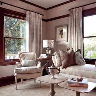 Idées déco pour un salon victorien de taille moyenne et fermé avec une salle de réception, un mur beige, un sol en bois brun, une cheminée standard et un manteau de cheminée en pierre.