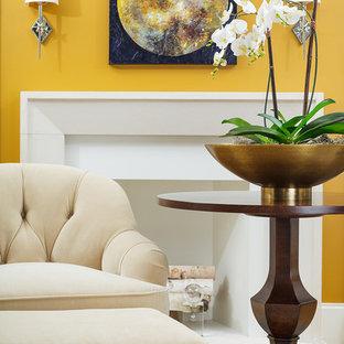 Foto de salón para visitas abierto, clásico renovado, pequeño, sin televisor, con paredes amarillas, moqueta, chimenea tradicional y suelo beige